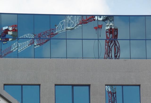 Edificio con grua